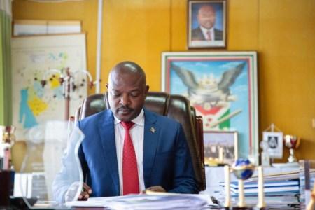 le-president-pierre-nkurunziza-en-train-de-revoir-le-texte-de-linterview