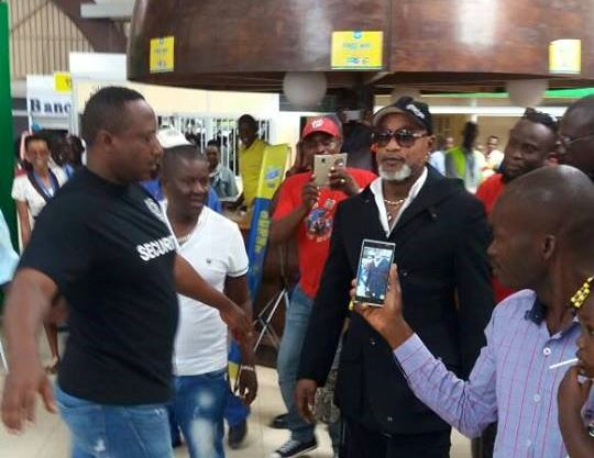 Koffi OLOMIDE à l_aéroport de Bujumbura